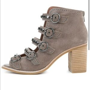JEFFREY CAMPBELL BUCKLE SANDALS! So chic!